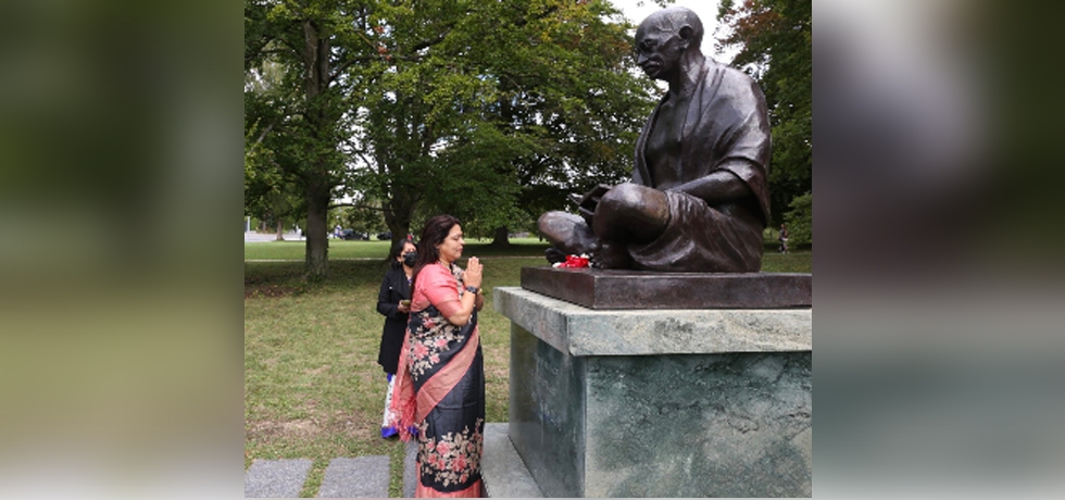 Minister of State for External Affairs and Culture Smt.Meenakashi Lekhi offered floral tribute at the statue of Mahatma Gandhi at Ariana Park in Geneva