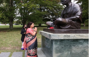 Minister of State for External Affairs and Culture Smt.Meenakashi Lekhi offered floral tribute at the statue of Mahatma Gandhi at Ariana Park in Geneva on September 29, 2021